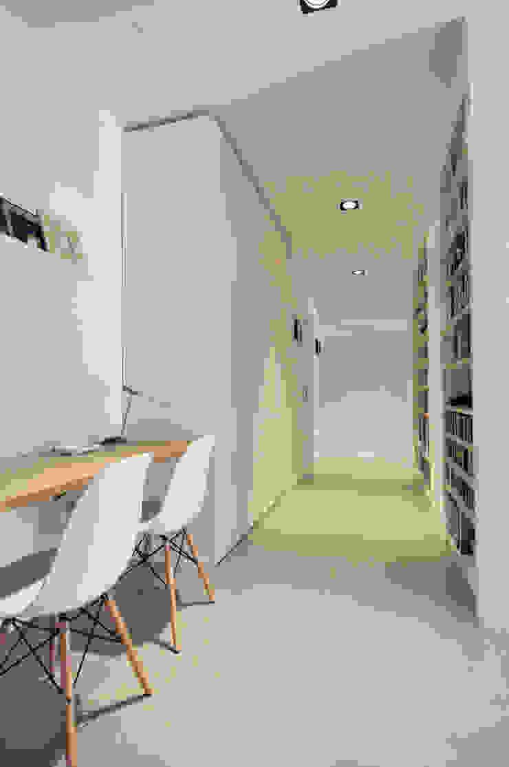 Vista del disimpegno/studio Case in stile scandinavo di Reggiani Davide Architetto Scandinavo