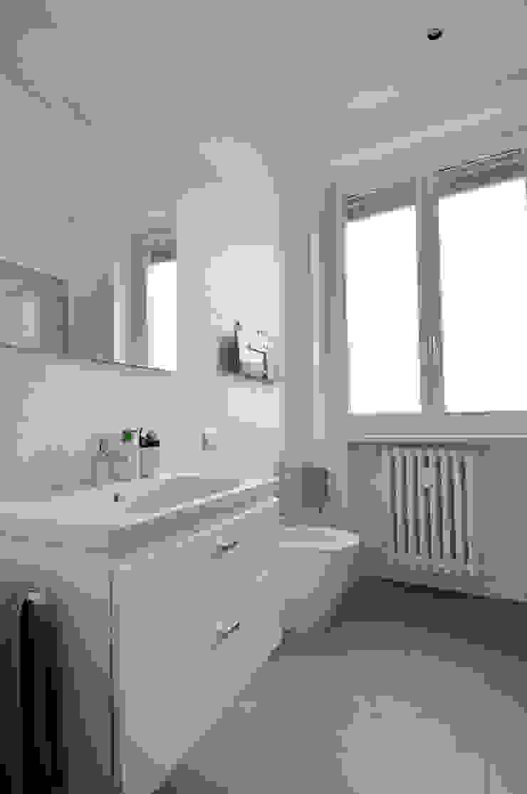 Vista del bagno Case in stile scandinavo di Reggiani Davide Architetto Scandinavo