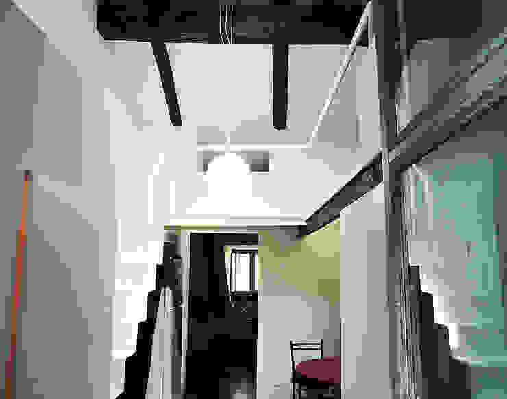 ingresso dal ballatoio... Case in stile minimalista di Di Origine Progettuale DOParchitetti Minimalista
