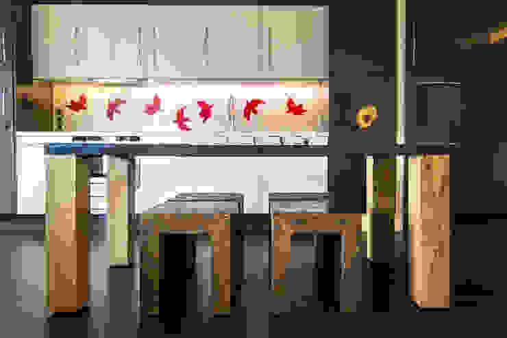 Table et Tabourets // Cuisine open space Salle à manger moderne par Anne Martins Design Moderne