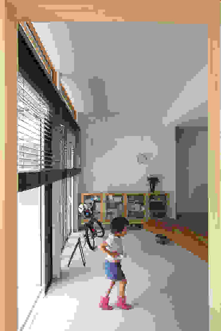 土間リビングの家 モダンスタイルの 玄関&廊下&階段 の FCD モダン