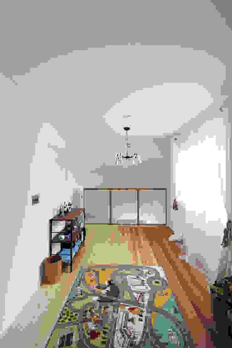 土間リビングの家 モダンデザインの 多目的室 の FCD モダン