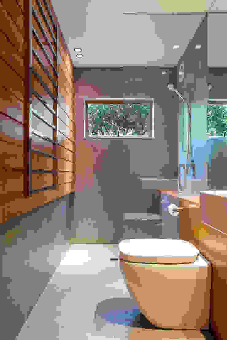 Marine Parade Dorrington Atcheson Architects Modern style bathrooms