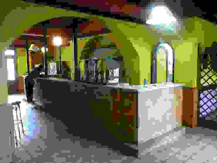 Reforma de café-bar para vinoteca: Rosalinda Estudio de Arquitectura Sra.Farnsworth Espacios comerciales de estilo ecléctico