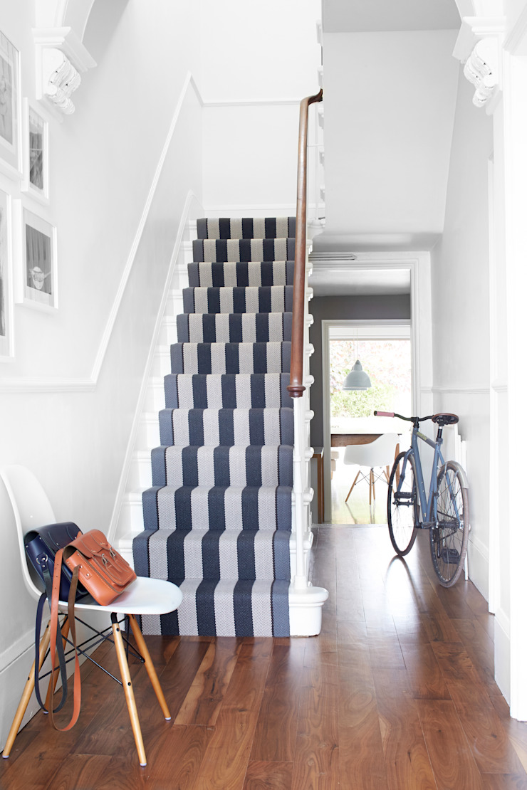 Fitzroy Black Roger Oates Design Pasillos, vestíbulos y escaleras de estilo moderno