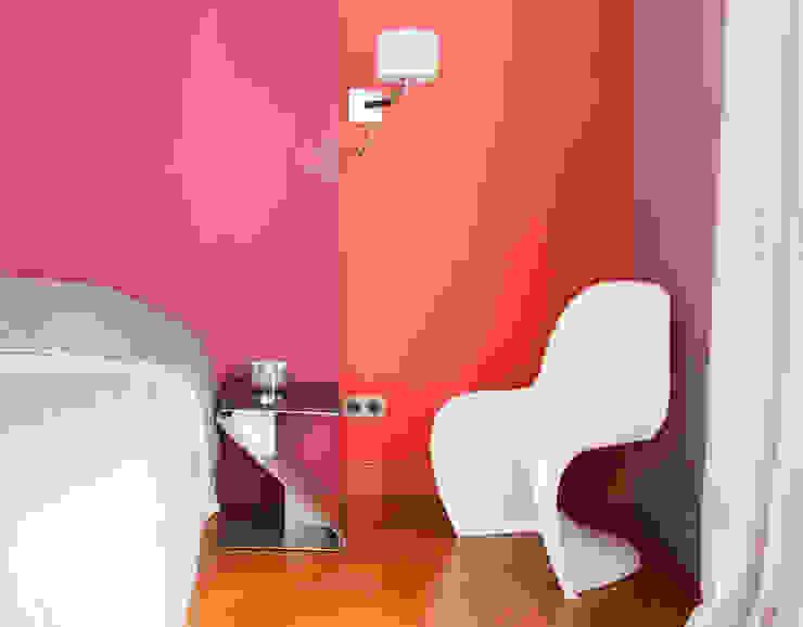 Camera da letto moderna di HiCeBeNe Moderno