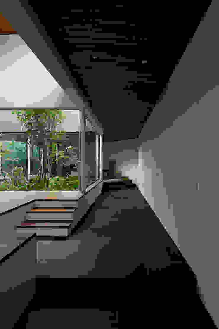 House in Higashimurayama ห้องโถงทางเดินและบันไดสมัยใหม่ โดย 石井秀樹建築設計事務所 โมเดิร์น