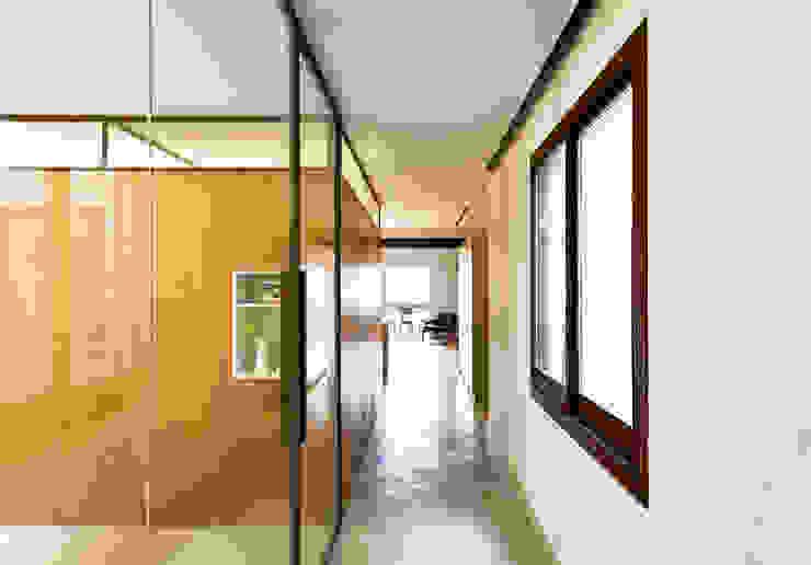 Pasillo Dormitorios de estilo moderno de ACABADOMATE Moderno