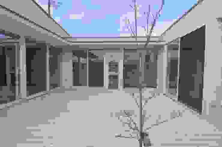 白いウッドデッキの家 トロピカルな 家 の Kawashima Gen Architects トロピカル