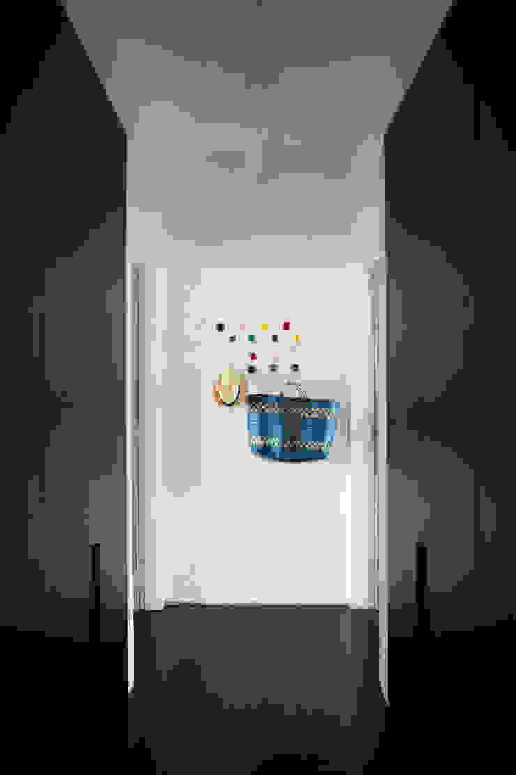 ANTONIO CARLOS RESIDENCE Mauricio Arruda Design Eclectic corridor, hallway & stairs