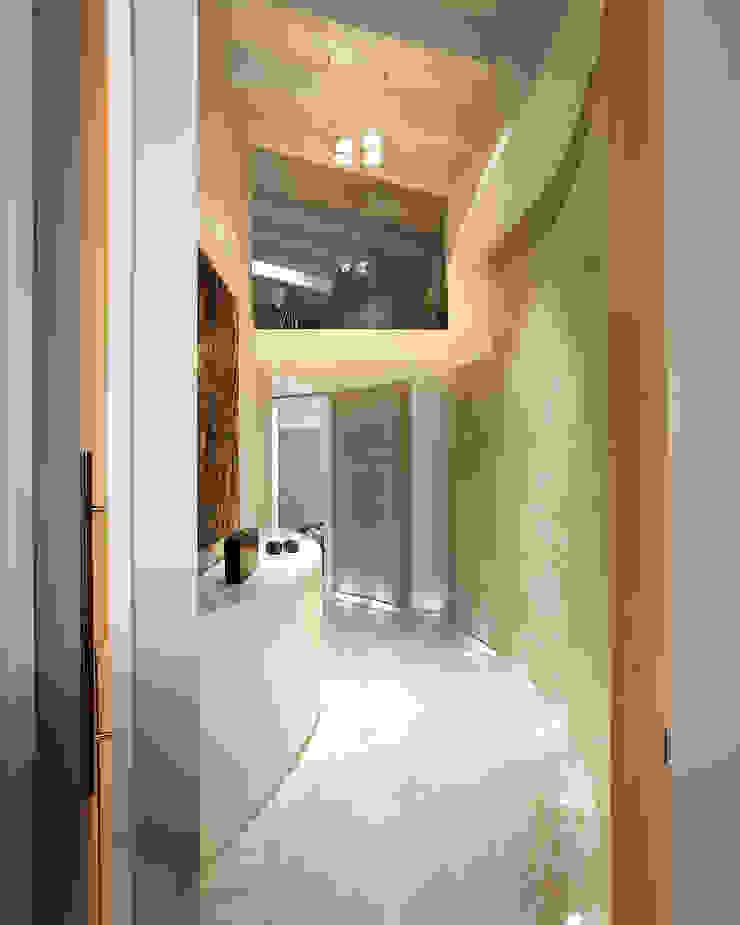 Disimpegno zona notte Ingresso, Corridoio & Scale in stile moderno di Studio d'Architettura MIRKO VARISCHI Moderno