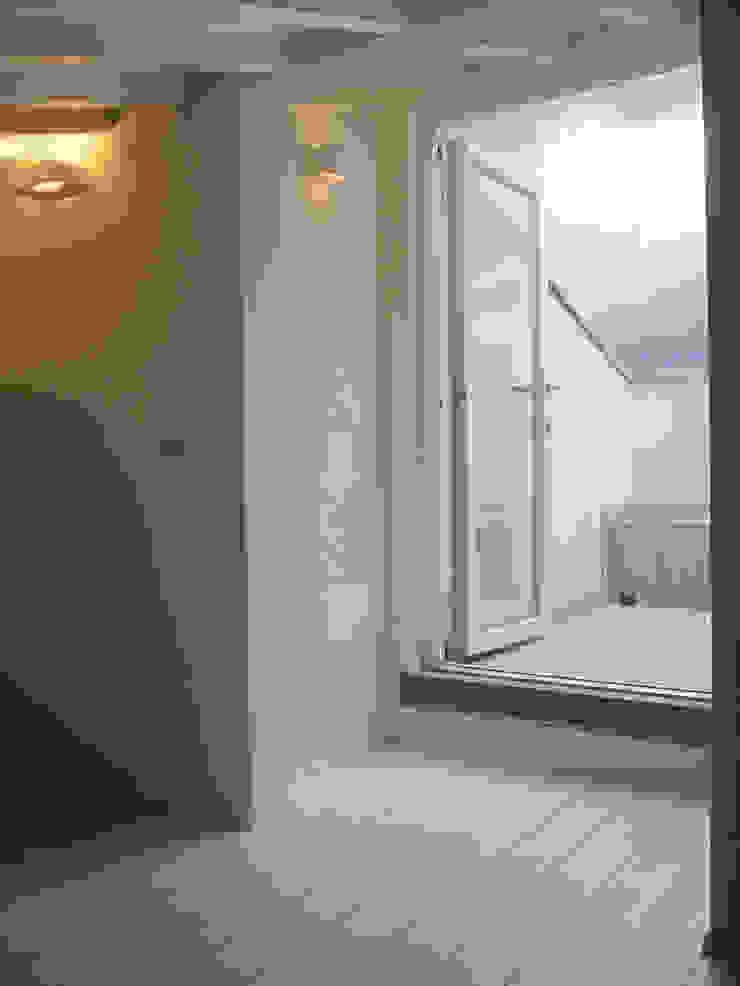 casa Cerofolini Balcone, Veranda & Terrazza in stile moderno di architetto alessandro condorelli Moderno
