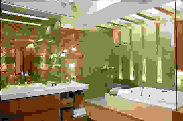 Suíte do casal de jornalistas Casas de banho modernas por Cristine V. Angelo Boing e Fernanda Carlin da Silva Moderno