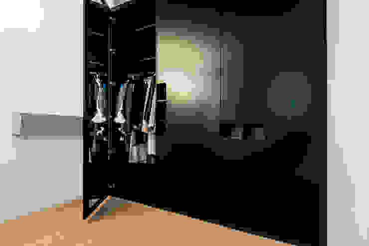 غرفة الملابس تنفيذ BESPOKE GmbH // Interior Design & Production,
