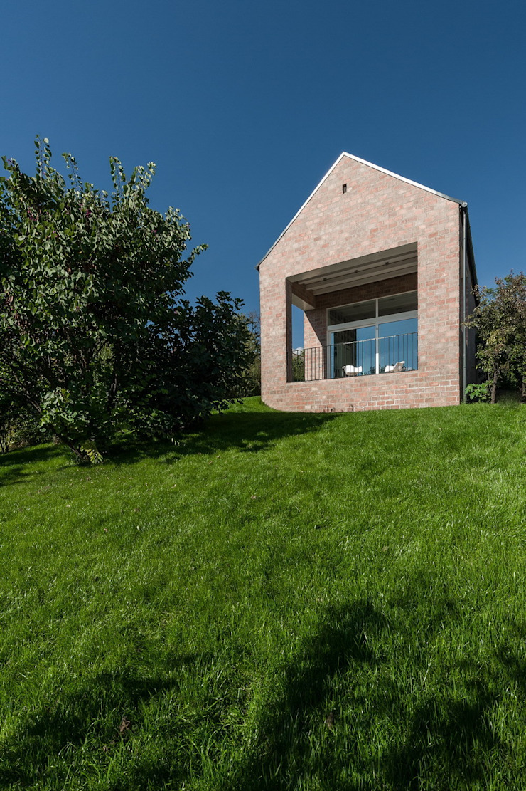 The Long Brick House: minimalist  by Földes Architects, Minimalist