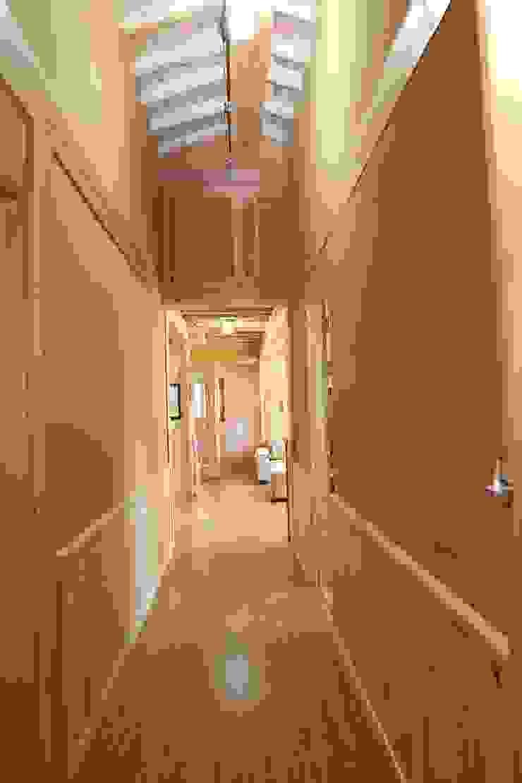 Pasillos, vestíbulos y escaleras de estilo moderno de 황토와나무소리 Moderno