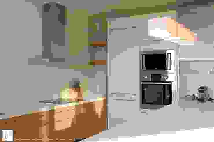 Appartement à Cannes meublé entièrement par wm Cuisine moderne par ATELIER WM Moderne