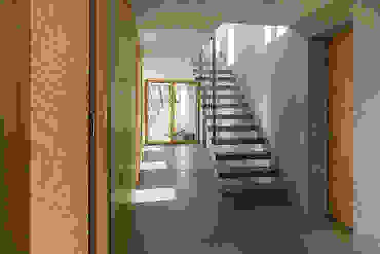 Modern corridor, hallway & stairs by GIAN SALIS ARCHITEKT Modern