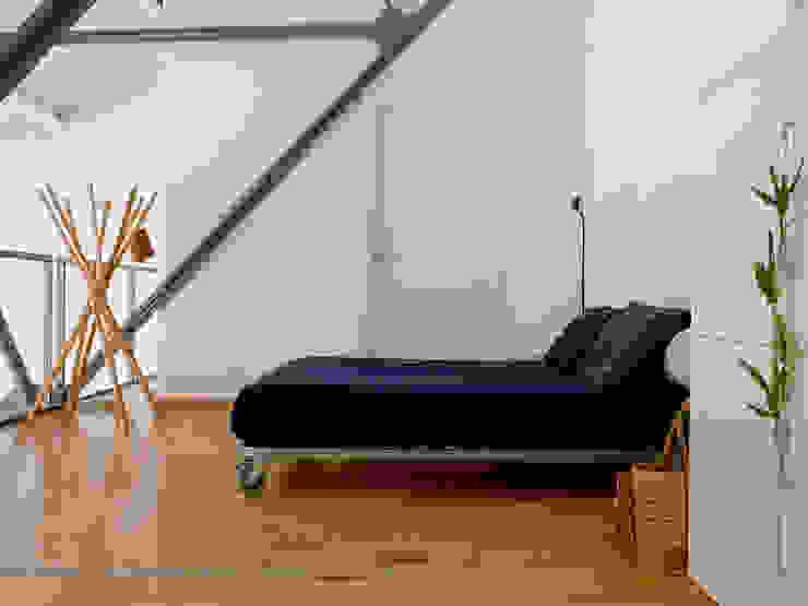 Loft Bianco - Paola Maré Interior Designer Paola Maré Interior Designer Camera da letto in stile industriale