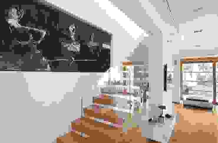 ARCHiPUNKTURA .architekci detalu Pasillos, vestíbulos y escaleras de estilo moderno