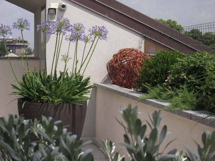 Architettura del verde Balkon, Beranda & Teras Modern