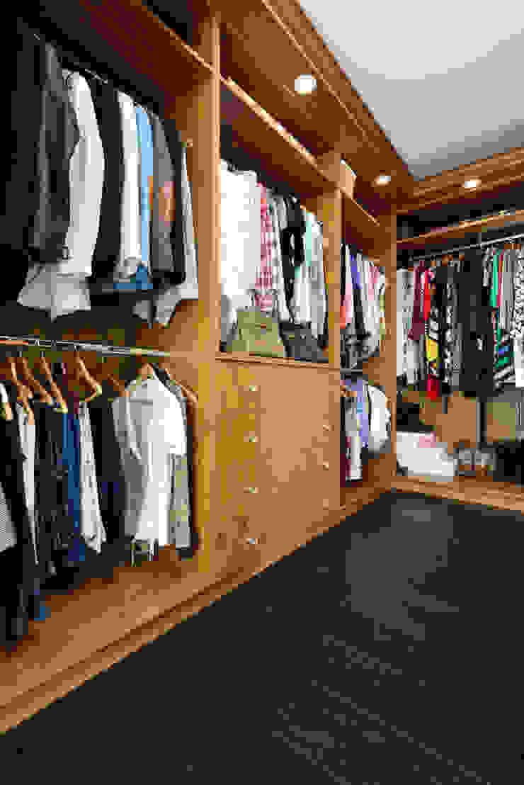 Bespoke Walnut Dressing Room: classic  by Room, Classic