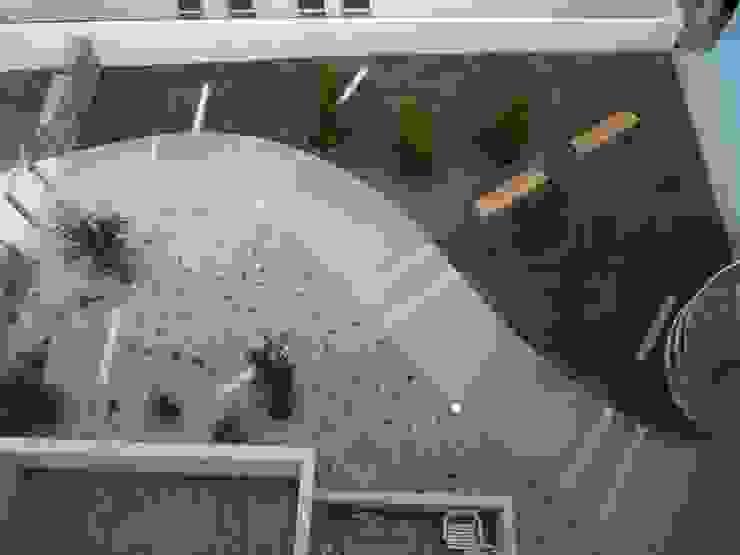 jardin rouge Jardin moderne par Atelier du sablier Moderne
