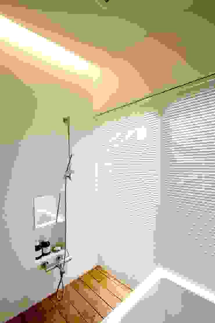 浴室 モダンな 家 の SeijiIwamaArchitects モダン