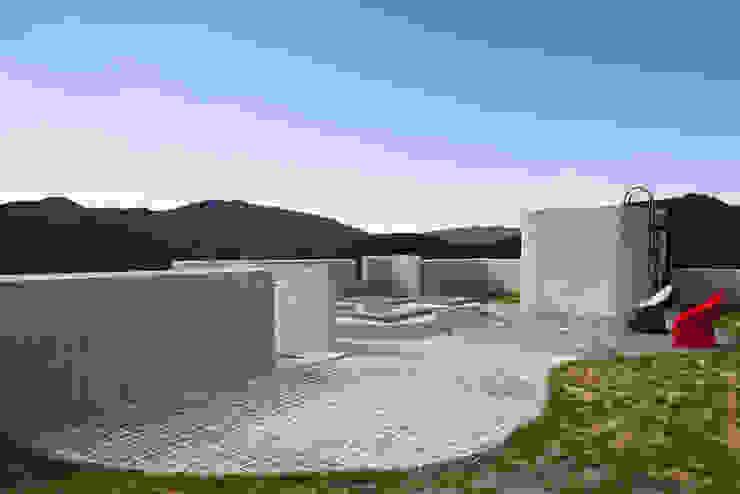 A house on the cliff Balcones y terrazas de estilo moderno de studio_GAON Moderno