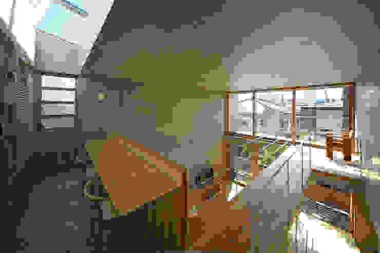 府中の住宅: 佐藤重徳建築設計事務所が手掛けた廊下 & 玄関です。,オリジナル