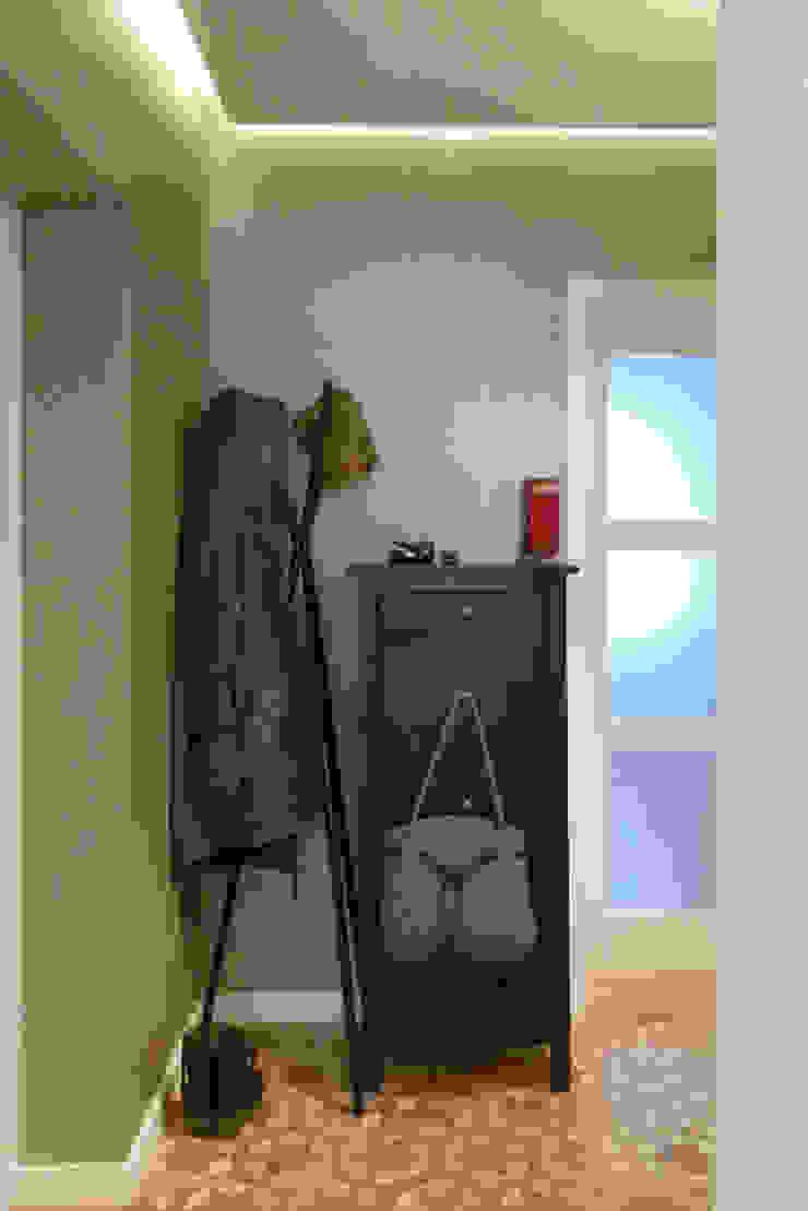 Mieszkanie po generalnym remoncie Klasyczny korytarz, przedpokój i schody od DO DIZAJN Dorota Szczygłowska Klasyczny