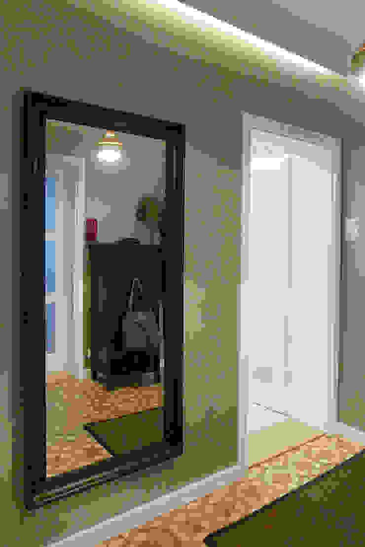 Mieszkanie po generalnym remoncie Nowoczesny korytarz, przedpokój i schody od DO DIZAJN Dorota Szczygłowska Nowoczesny