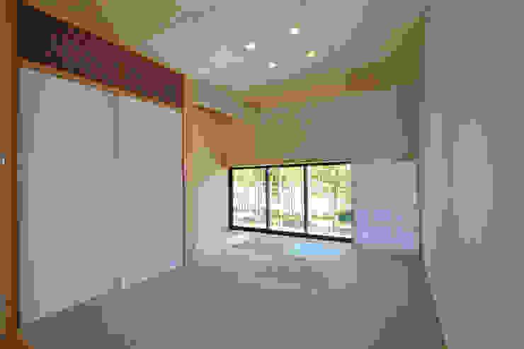 Salas de estar modernas por TEKTON | テクトン建築設計事務所 Moderno