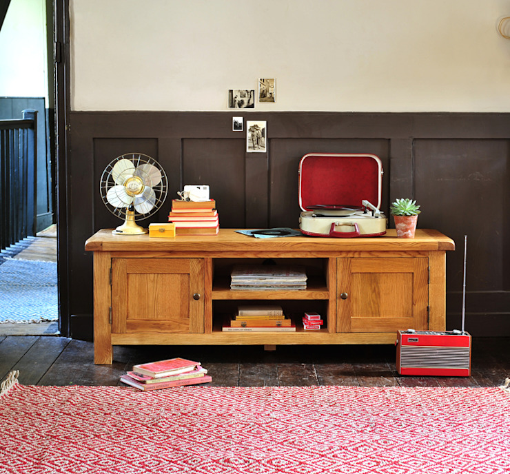 """Lyon Oak Low Flatscreen TV Stand with 2 Doors - up to 65"""" de The Cotswold Company Rural"""