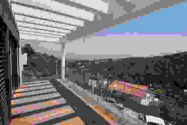 Terraza orientada a este Balcones y terrazas de estilo moderno de FG ARQUITECTES Moderno