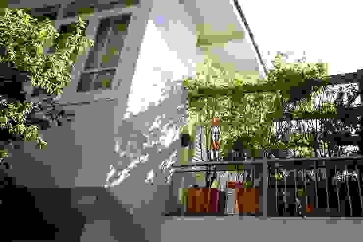Varanda Dormitório Casal Ornella Lenci Arquitetura Varandas, alpendres e terraços modernos