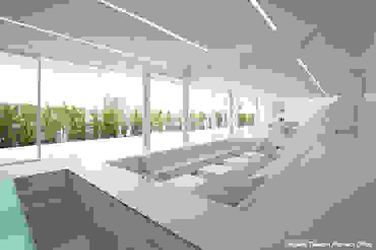 Salas de estilo minimalista de 鷹取久アーキテクトオフィス Minimalista