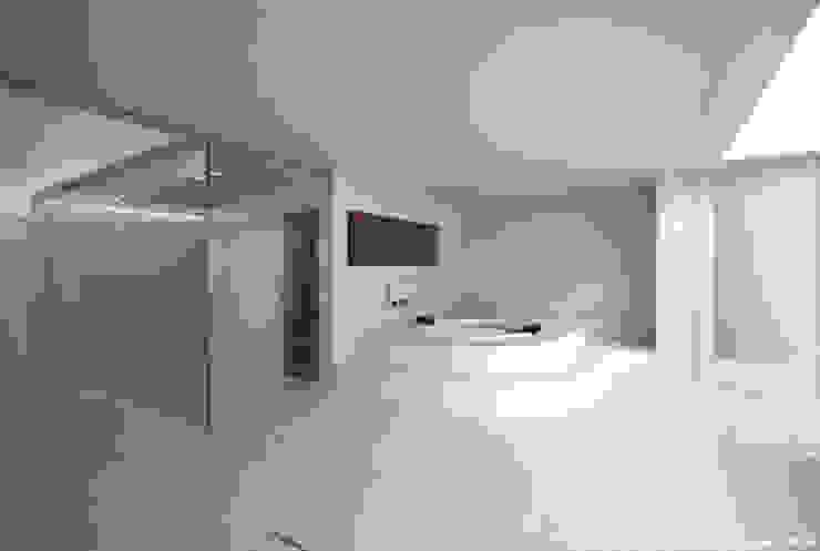 Spa minimalistas de 鷹取久アーキテクトオフィス Minimalista