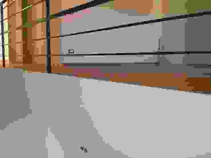 Parquet incassato Case moderne di ENRICO MARCHIARO _ eMsign Studio _ Architettura_Interior Design Moderno