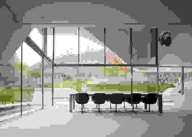 Haus am Weinberg Minimalist dining room by UNStudio Minimalist