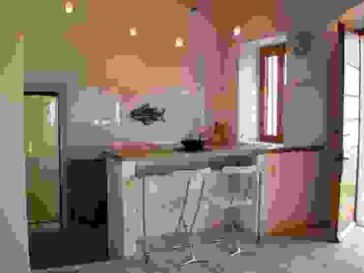 Zona Cucina Cucina in stile mediterraneo di 70m2 Studio di architettura Mediterraneo