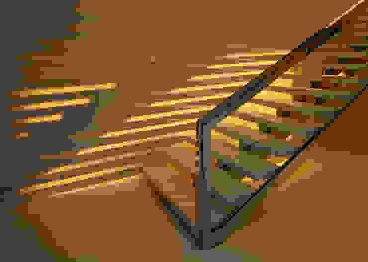 SUNSET STRIP RESIDENCE Modern corridor, hallway & stairs by McClean Design Modern