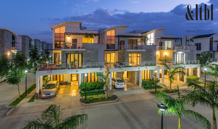 Krishna Northwoods Modern houses by And Let There Be Lights Modern