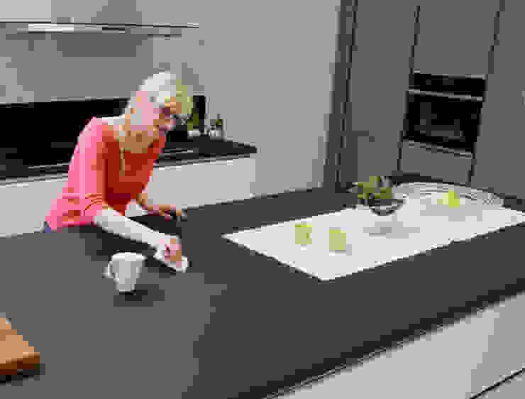Bei der neuen Arbeitsplatte von SCHMIDT Küchen werden Kratzer einfach weggerubbelt von Schmidt Küchen Ausgefallen