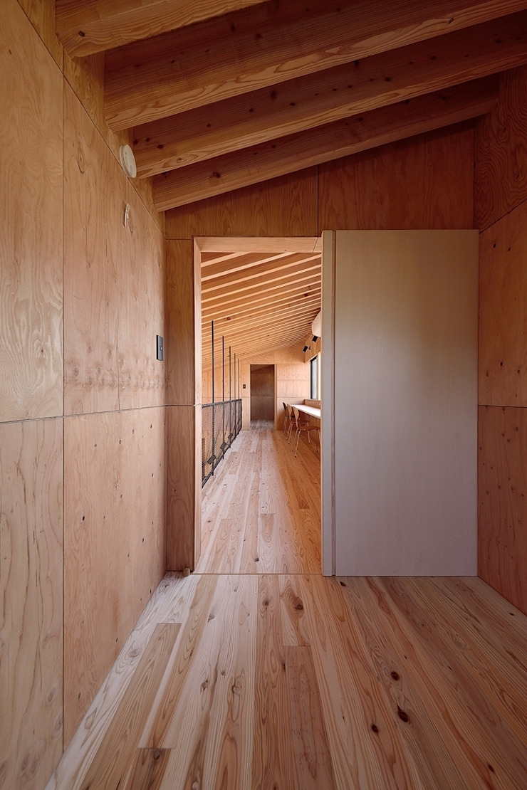 Modern corridor, hallway & stairs by 株式会社長野聖二建築設計處 Modern