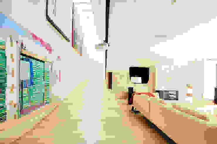 Casa en Mungia Pasillos, vestíbulos y escaleras de estilo moderno de Hoz Fontan Arquitectos Moderno