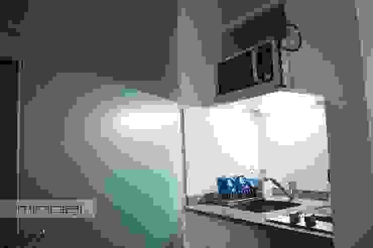 Cocina escondida en corredor, optimización del espacio reducido. de MinBai Minimalista