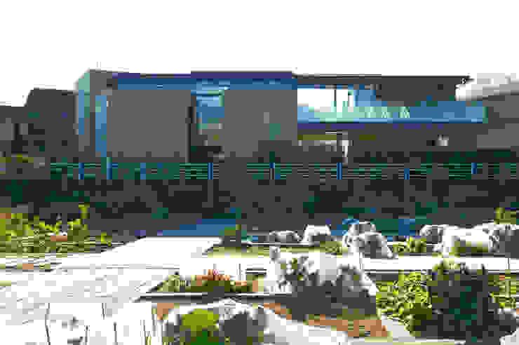 菜園側ファサード: 株式会社nSTUDIOが手掛けた現代のです。,モダン