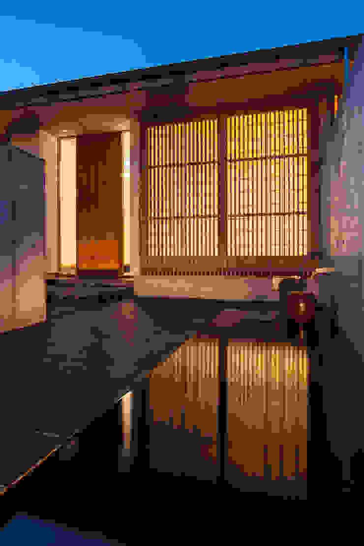 玄関へのアプローチ ミニマルな 家 の 川添純一郎建築設計事務所 ミニマル