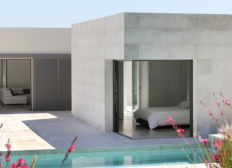 Minimalistyczna sypialnia od Hamerman Rouby Architectes Minimalistyczny